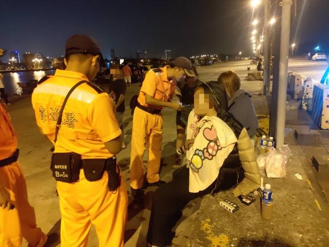 誤踩油門人車衝進安平港!友人靠「竹竿」救起他 | 華視新聞