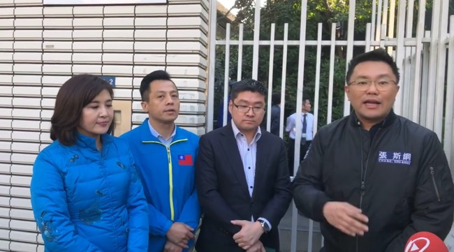 【影】藍營北市議員飛日本代表處! 向謝長廷陳情抗議 | 華視新聞