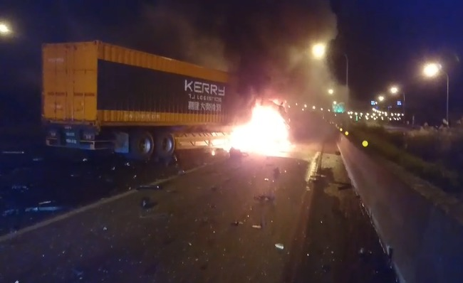 國一北上兩大車追撞 1歲童和媽逃生不及命喪火窟 | 華視新聞