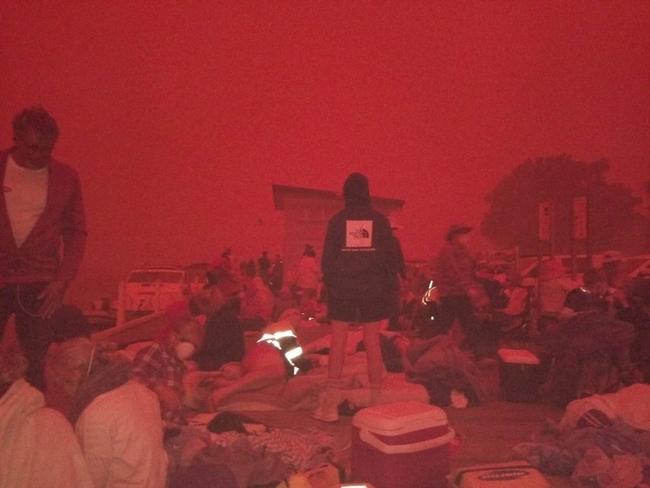 澳洲野火肆虐 「血紅色天空」籠罩渡假勝地 | 華視新聞