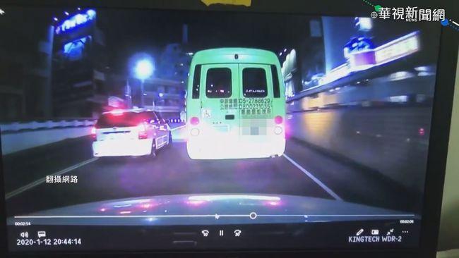 嘉義公車突換車道 後方駕駛險撞上 | 華視新聞