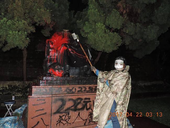 男子斬首蔣介石銅像 北市府獲賠5萬5 | 華視新聞