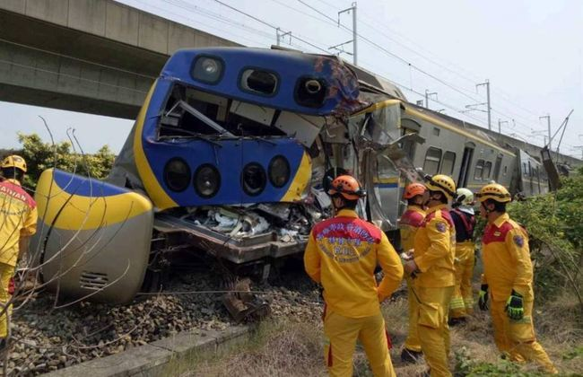 聯結車卡平交道撞爛火車頭 台鐵將求償3.2億 | 華視新聞