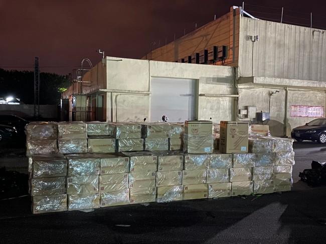 三貂角外海攔截走私 漁船內起出逾「9萬包」私菸 | 華視新聞
