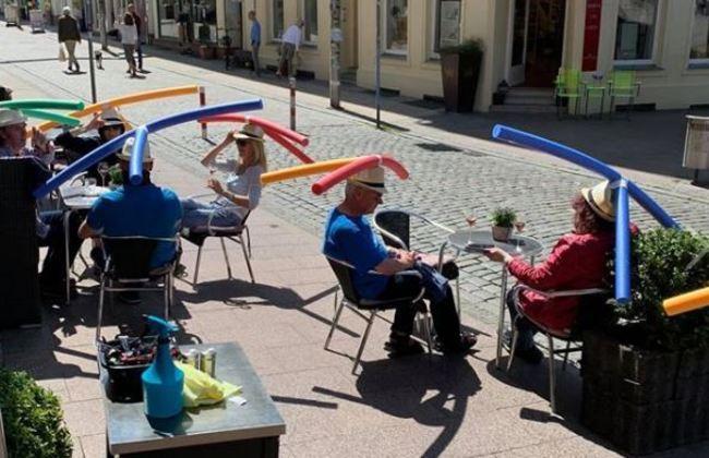 德國咖啡廳創意防疫 讓客人「戴帽」維持社交距離 | 華視新聞
