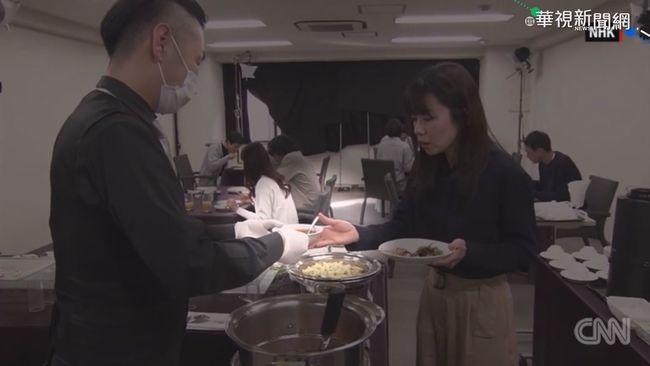 NHK驚人實驗 手沾病毒傳遍全桌人 | 華視新聞