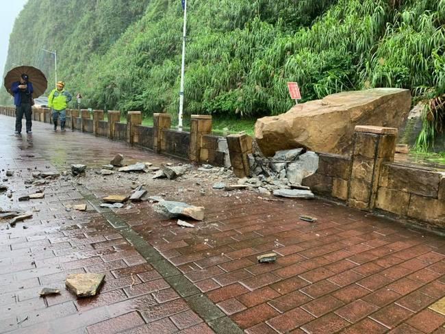 基隆外木山巨石掉落砸人行道 幸無人傷 | 華視新聞