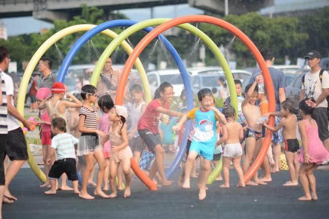 全家一起玩! 大佳河濱兒童戲水區6/6啟用 | 華視新聞
