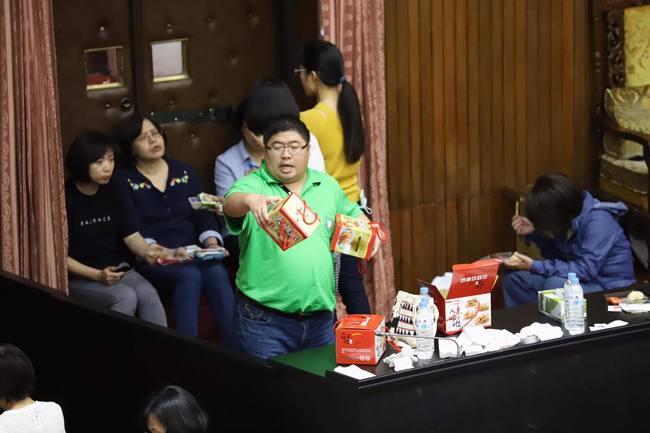 綠營昨清場國民黨 蔡易餘趁機推布袋蝦酥 | 華視新聞