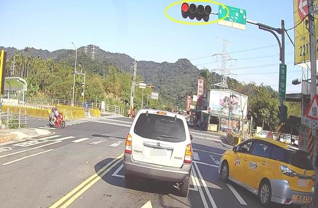 汽車等紅燈等到「機車停等區」 抓到罰1200元 | 華視新聞