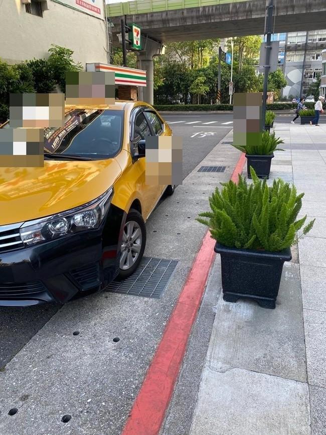 「路見違停」他幫顧車...網友卻讚:「有你真好」 | 華視新聞