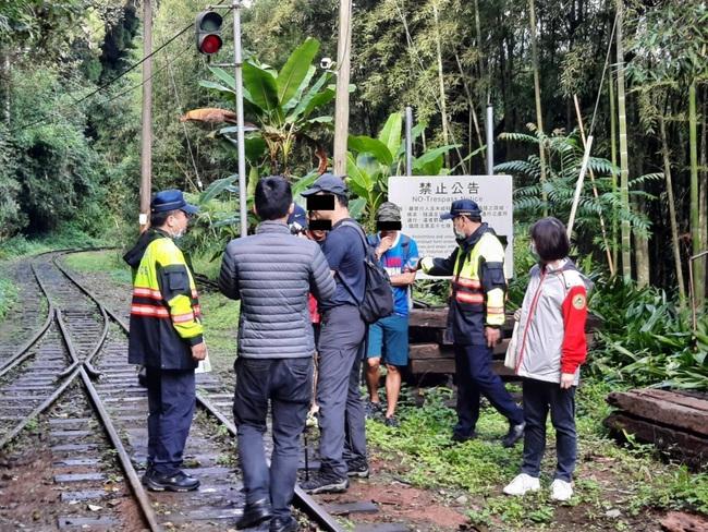 4遊客冒險走阿里山林鐵軌道 遇警當場挨罰   華視新聞