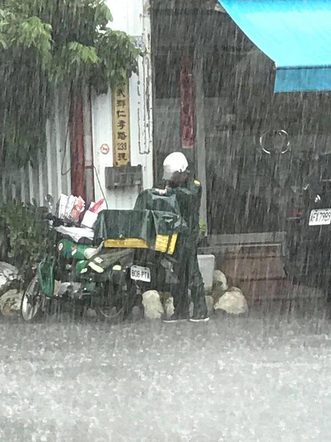 郵差遇雨先救信 網看畫面淚喊:辛苦了   華視新聞