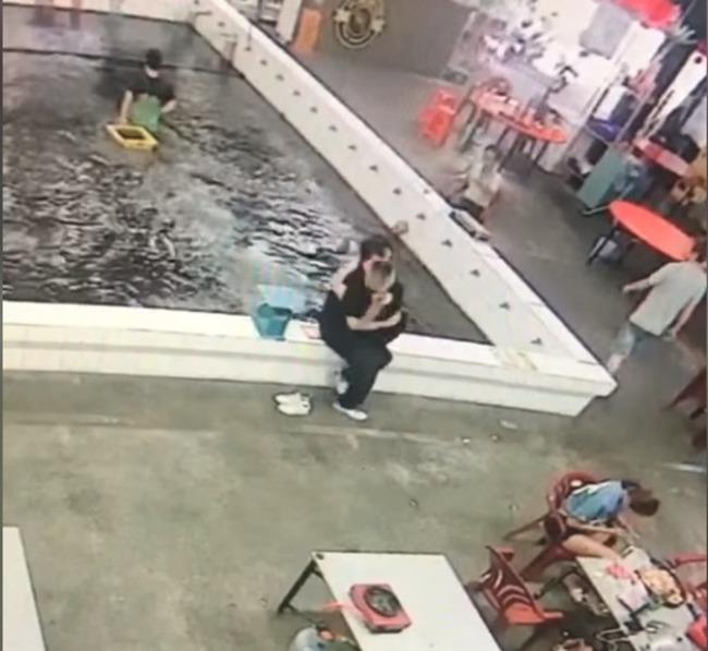 情侶釣蝦硬要「公主抱」 5秒後竟共浴蝦池...網笑翻 | 華視新聞
