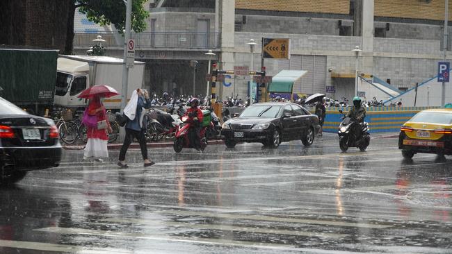 東北風、華南雲雨區東移影響 中部以北整天濕涼   華視新聞