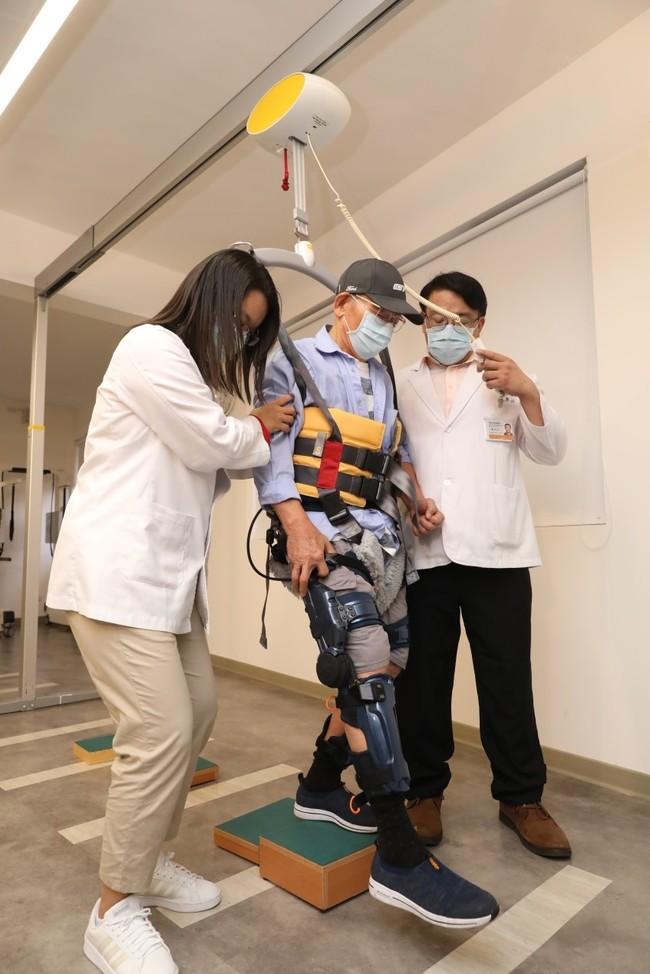 機器人助復健! 中風.癱瘓病人化身「鋼鐵人」 | 華視新聞