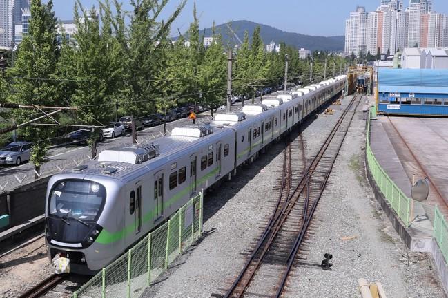 EMU900型「最美區間車」 今首試車就故障 | 華視新聞