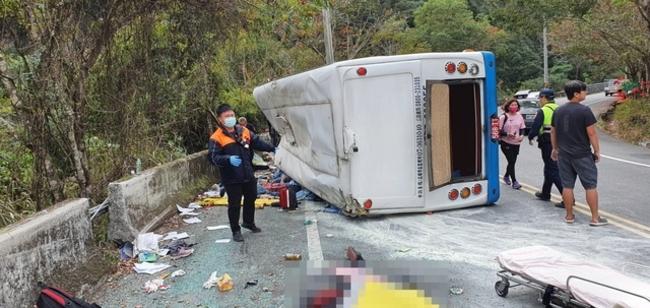 奧萬大翻車1死20傷 駕駛有82項小客車違規紀錄 | 華視新聞