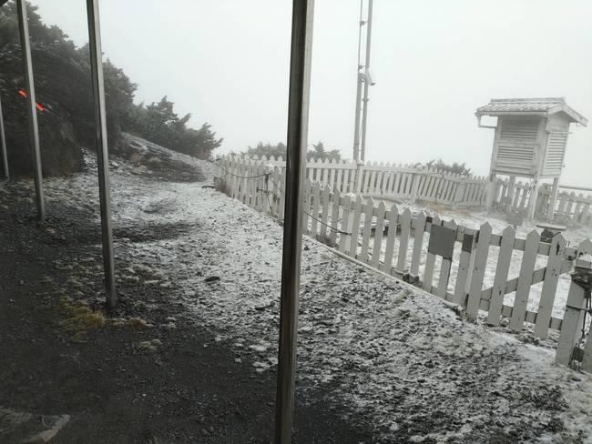 玉山8:20降首場初雪!積雪0.5公分 | 華視新聞
