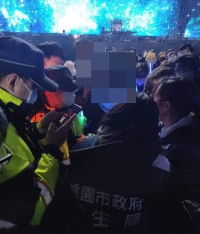 疑似自主健康管理者也在現場! 警闖五月天演唱會帶回 | 華視新聞