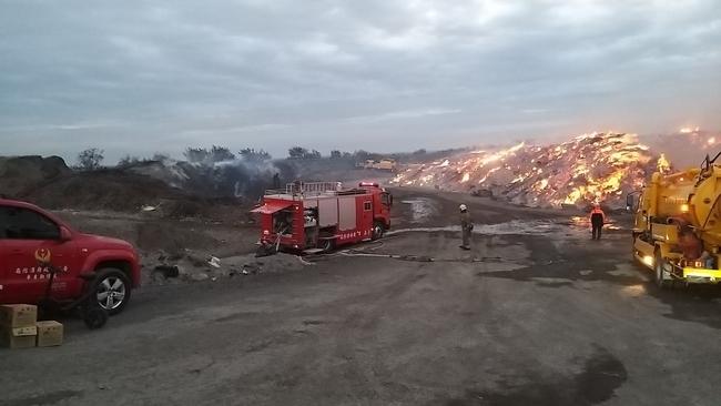 台南廢材廠跨日延燒 預估面積比足球場大! | 華視新聞