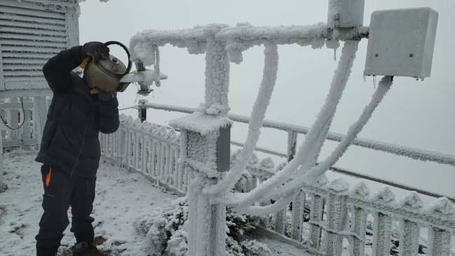 玉山氣象站負14度! 林佳龍寒冬送暖爐 | 華視新聞