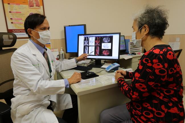 彎腰「啵」一聲上背劇痛 女被診出「多發性骨髓瘤」 | 華視新聞