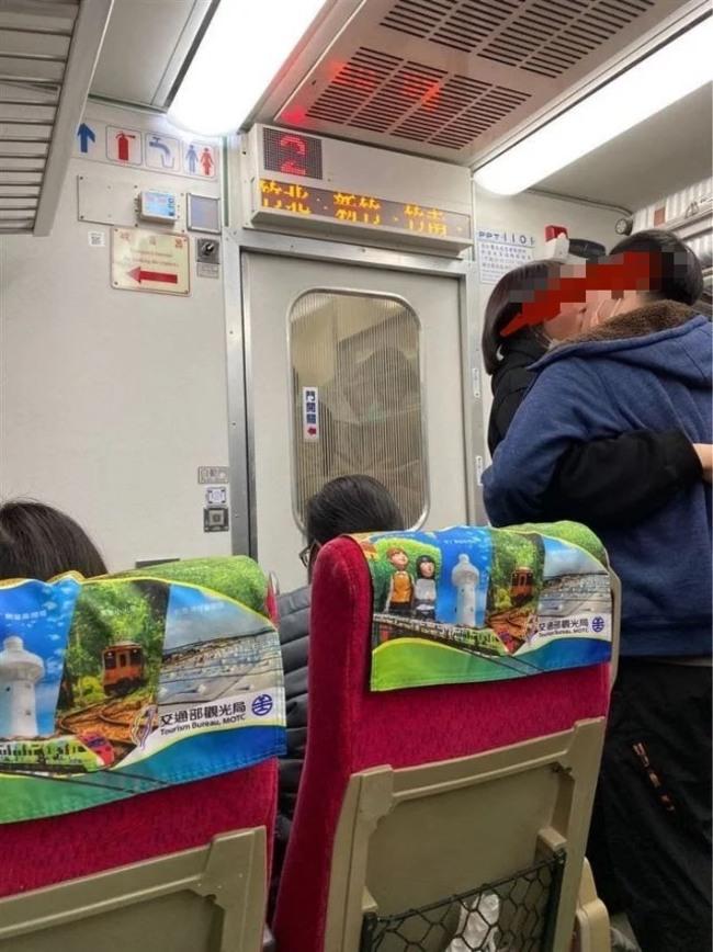 情不自禁!情侶搭火車不戴口罩 忘情熱吻5分鐘 | 華視新聞