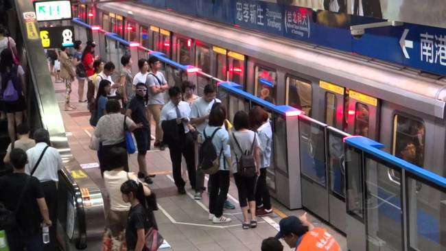 醫搭捷運牽孩站電扶梯左側 後方阿伯過不了大罵 | 華視新聞