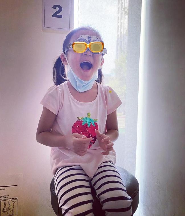 咘咘變眼鏡妹!賈靜雯揭女兒患弱視 自責「沒注意到」 | 華視新聞