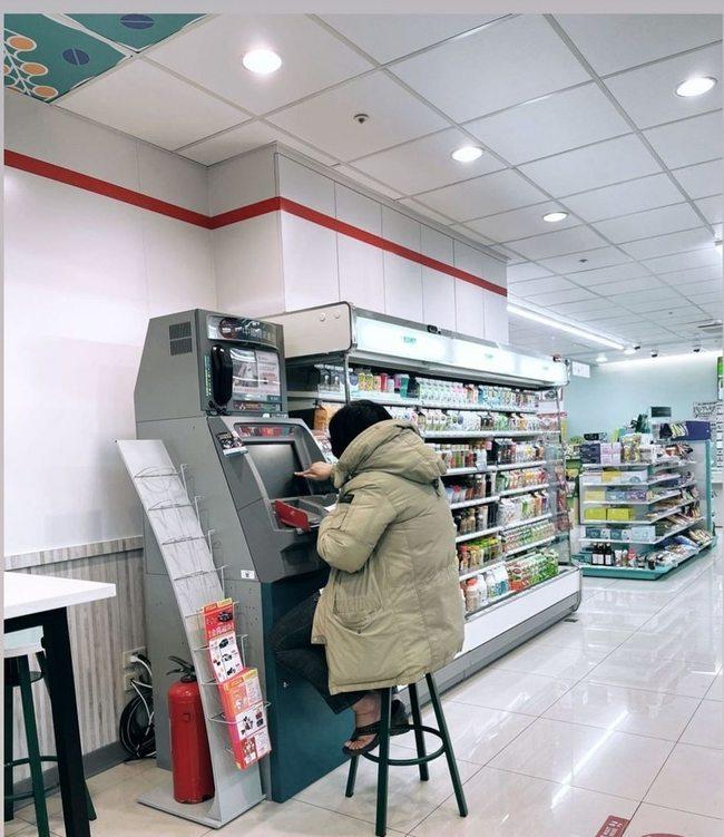 超商有遊戲機台?女子坐高腳椅用ATM超無違和 | 華視新聞