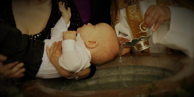 嬰兒因受洗浸聖水死亡!萬人心碎連署籲東正教改革   華視新聞