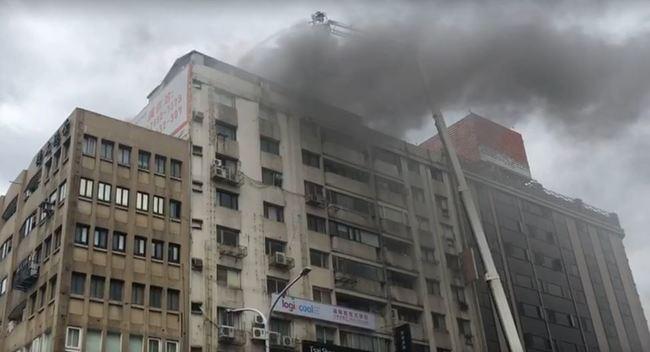快訊》北市大樓火警!黑煙狂冒 警消搶救中 | 華視新聞