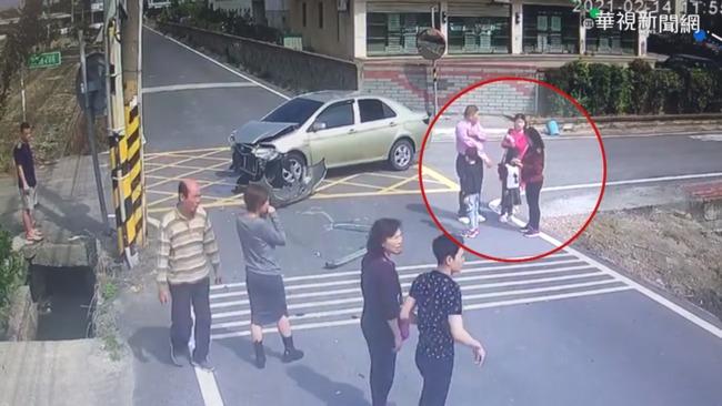 走春路口相撞 休旅車衝田中母女傷   華視新聞