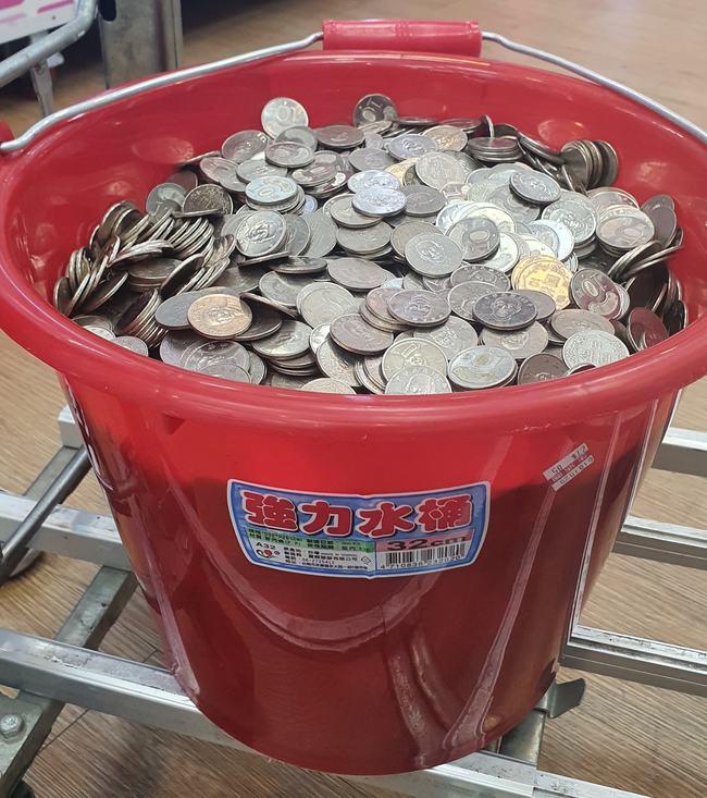 提一桶硬幣到銀行換鈔被拒 他怒:又不是偽幣!   華視新聞