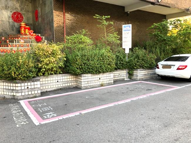 防違規占用!「親子車位」旁直接貼檢舉QR-code   華視新聞