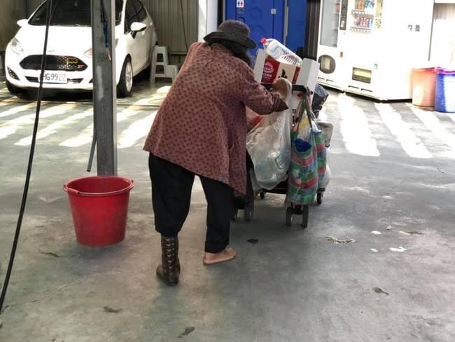回收嬤僅單腳穿鞋 他心疼暖買拖鞋贈送萬人讚 | 華視新聞
