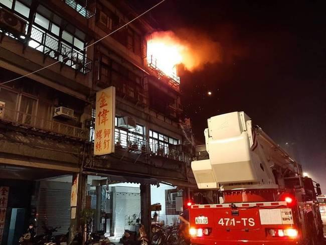 北市大同區民宅火警! 救出1人手腳輕微燒燙傷   華視新聞