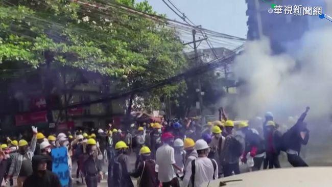 緬甸示威升溫 軍方出動推土機撞車 | 華視新聞