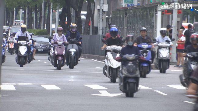 她騎車行經陰森路段「頻被拍肩膀」 真相曝光眾笑翻 | 華視新聞