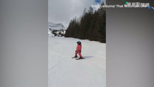 3歲女童學滑雪動作到位 自言自語超萌 | 華視新聞