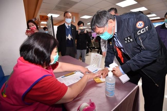 北市730名醫護接種AZ疫苗 1人輕微頭暈、體溫升高   華視新聞