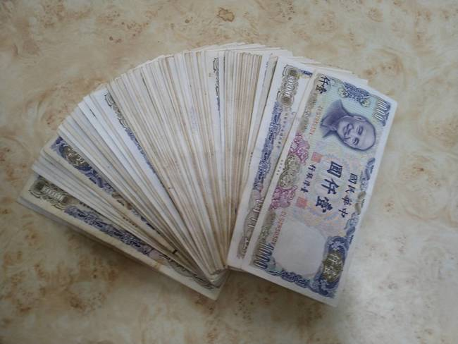 誰的私房錢?台南清潔隊員「報廢床墊驚見6.9萬現金」 | 華視新聞