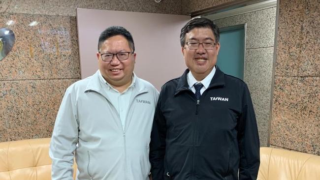 減肥令完成?蔡易餘與鄭文燦「交換體重」照片曝光 | 華視新聞