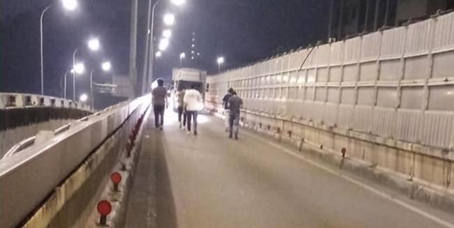 女駕駛深夜忘加油慘卡高架 7英雄接力推車 | 華視新聞
