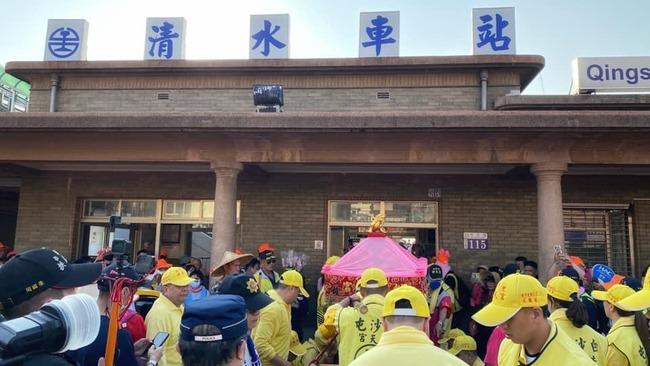 白沙屯媽祖停駕清水車站 信眾:媽祖來給台鐵加持 | 華視新聞