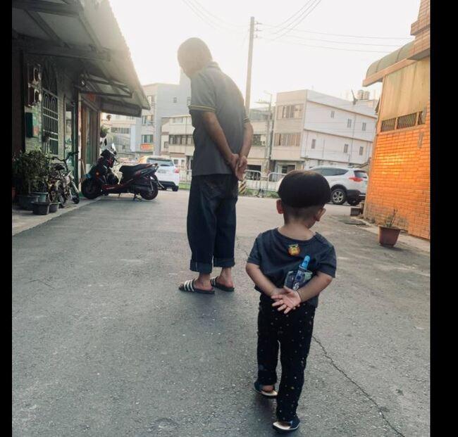 阿公帶大的小孩!他曬「背影照」破萬人笑翻認證 | 華視新聞