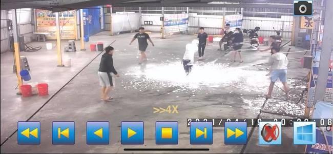 缺水還玩!屁孩洗車場互噴泡沫浪費水 業者氣炸報警 | 華視新聞