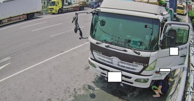 把馬路當成廁所?環保局拍到民眾「當街蹲下便溺」 | 華視新聞