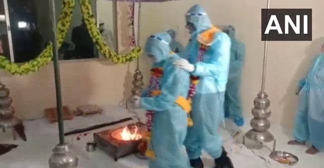 印度確診頻飆高 新人堅持要結婚穿隔離衣辦儀式 | 華視新聞